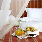 Las confortables habitaciones y lujosas suites, con techos de sabina ibicenca y gruesos muros en