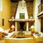 Entre y descubra la elegancia intemporal de Cas Gasi, su hotel rural en Ibiza. La acogida person