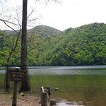 静寂の中の湖