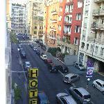 Blick vom Zimmer im ersten Stock hinunter auf die Via Carlo Tenca