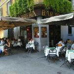 In den zahlreichen Cafés und Bars genießt man sein Getränk unter freiem Himmel ohne Autoabgase