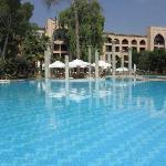 Autre vue de la piscine et de l'hôtel