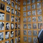 Um memorial de variadas fotos e telas animadas.