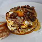 Huevos rotos con patata y hongos