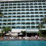 ホテルの外観とプール