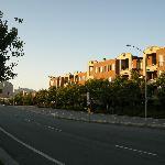 早朝のホテルの前の風景