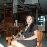 Siriporn dans le lobby du Park Hotel de Chiangmai