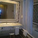 Salle de bain spacieuse propre avec toilette et bidet séparés
