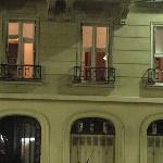 Tres ventanas iluminadas