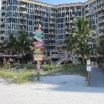 Blick auf das Hotel vom Strand