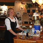 Die Besitzerin, Frau Roswitha Frick, an der Bar