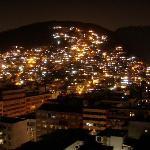 Vista desde la terraza a la favela