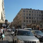 テルミニ駅(左)とホテルのある建物(右)