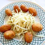 Croquetas de marisco con patatas paja
