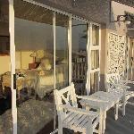 Blick vom Balkon ins Zimmer mit Doppelbett, großzügige Raumaufteilung, Dusche, WC