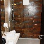 das badezimmer ist elegant und geschmackvoll gestaltet