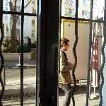 ventana con posibilidad de saludar a viandantes