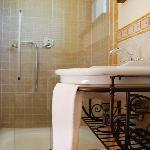 Il bagno della stanza Sole, sempre con piatto doppio.