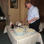 Le diner: La découpe du dessert par le Patron