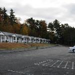 Zwei reihen von Motel-Style Zimmern