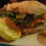 Hamburguesa vegetariana servida no Lounge Café.