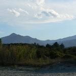 Blick auf die Berge vom nahegelegenen Strand
