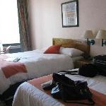habitación amplia, fresca y bien mantenida