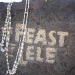 feast at lele の案内板(石)