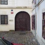 la puerta del establo