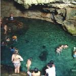 Chicas guapas bañandose en el cenote