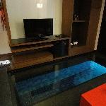 ガラスを床につけて水面が見れるようになっています。