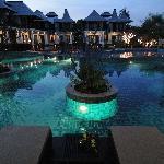 夜のプールはライトアップされて素敵です。