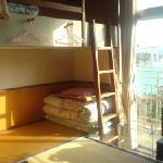 それぞれのベッドがカーテンで仕切られた8名定員の寝室です。