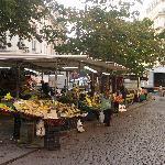 Mercato giornaliero nella piazza attigua all'albergo