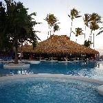 La piscine qui est située sur le bord de la plage