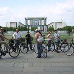 Gruppe vor dem Kanzleramt