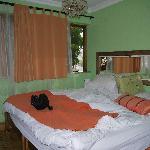 Großes Doppelbett mit sonst wenig Platz