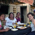 Desayunando en el accogedor restaurante en la playa anexa