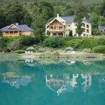 Vista del Hotel desde la orilla opuesta del lago