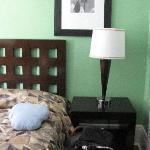 La cama doble y una individual que no se ve a mano izquierda individual