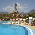 Schöne Aussicht vom großen Pool auf das Hotel