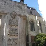 Façade le l'Office de tourisme de Lille montrant le Monument aux Morts