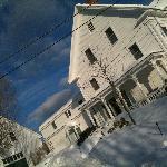 das B&B Highland Lake inn im Winter