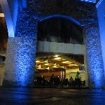 Vista exterior nocturna del restaurante.