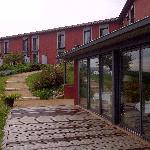 vue restaurant, terrasse et façade chambres