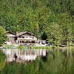 Blick über den Hintersee auf die Pension Seeklause