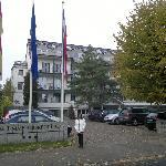 Im Herbst vor dem Hotel