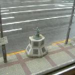 ホテルの前にある力士の像