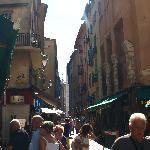 観光客であふれた細い路地