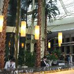 雅都大酒店のロビーは吹き抜けで南国ムード